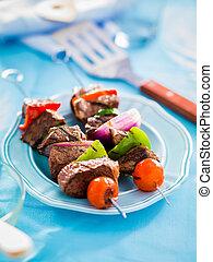 Bichos de carne asada en la mesa