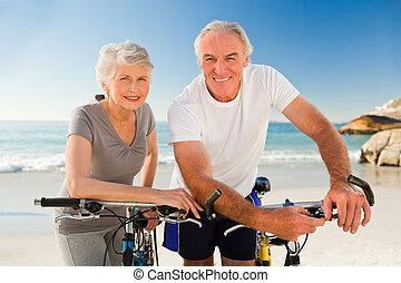 bicicletas, pareja, su, playa, jubilado