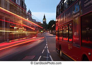 Big Ben y autobuses al amanecer en Londres