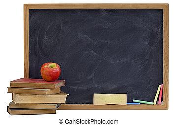 Blackboard con viejos libros de texto y manzana