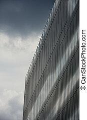 Bloque de oficina geométrica bajo la nube oscura
