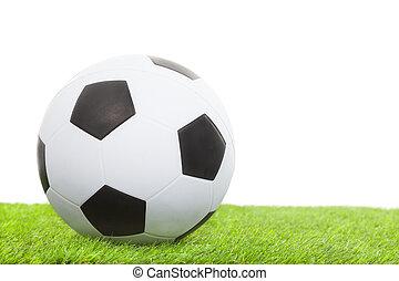 Bola de fútbol sobre césped verde aislada en blanco