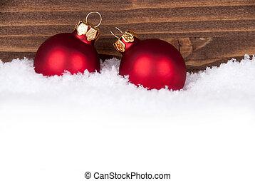 Bolas de Navidad en la nieve con espacio de copia