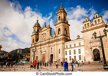 Bolivar Simon Square y la catedral en Bogotá, Colombia. Cand