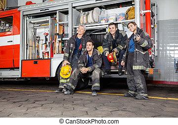 bomberos, firetruck, pensativo, equipo