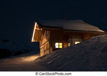 Bonita cabaña de esquí de noche