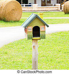 Bonita casa de aves en una granja