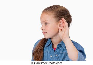 Bonita chica pinchándose la oreja