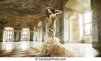 Bonita foto de arte de una joven dama de moda en un interior elegante