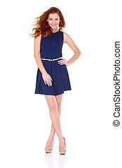 Bonita joven con vestido azul marino en blanco