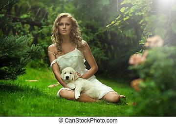 Bonita joven sosteniendo un perrito