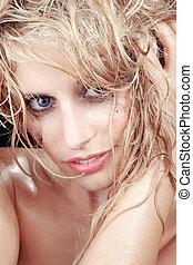 Bonita mujer con el pelo mojado