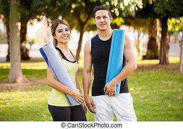 Bonita pareja haciendo yoga