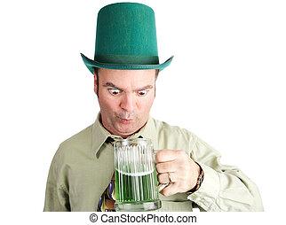 Borracho con cerveza verde en el día de los golpes