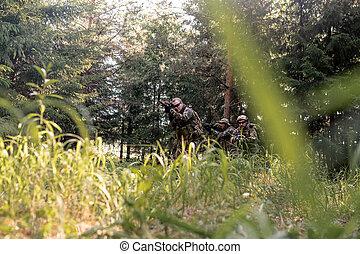 bosque, patrullar, soldados