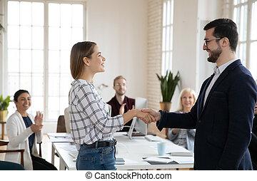 boss., confiado, trabajador, sonriente, joven, manos temblar, feliz, hembra