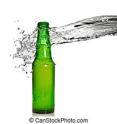 Botella de cerveza verde con agua salpicada aislada en blanco