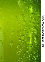 Botella de cerveza verde con gotas de agua aisladas en blanco