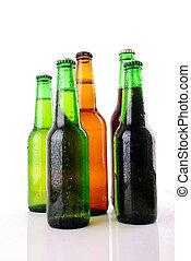 Botella de cerveza verde con gotas de agua en blanco