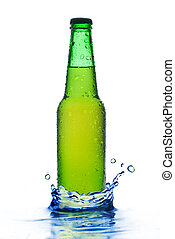 Botella de cerveza verde con gotas de agua y salpica en blanco