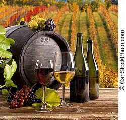 Botella de vino y vasos en la mesa de madera
