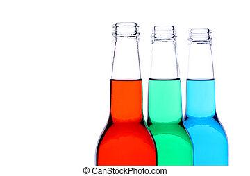Botellas azules verdes rojas aisladas