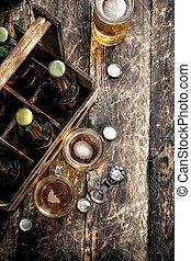 Botellas con cerveza en una caja vieja.
