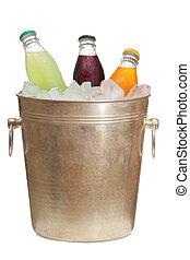 Botellas con soda en cubo de hielo