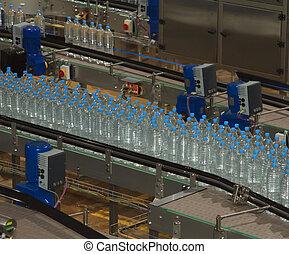 Botellas de agua de plástico en la industria transportadora y embotelladora de agua