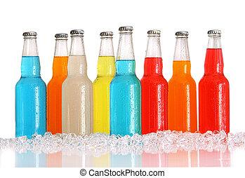 Botellas de bebidas multicolores con hielo en blanco