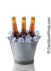 Botellas de cerveza en un cubo de hielo