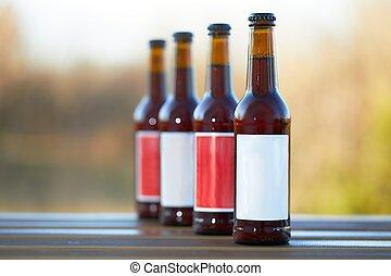 Botellas de cerveza en una mesa