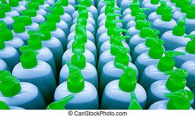 Botellas de color en una fila.