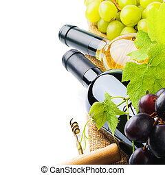 Botellas de vino tinto y blanco con uva fresca