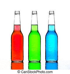 Botellas verdes y azules con reflejos aislados en el blanco