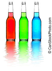 Botellas verdes y azules con reflejos aislados