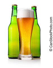 Botellas y un vaso lleno de cerveza aislado en blanco