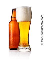 Botellas y un vaso lleno de cerveza aislado