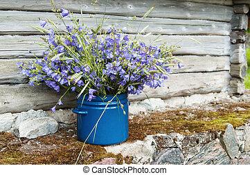 Bouquet de flores de campo en medio del paisaje rural