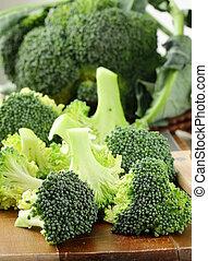 brócoli fresco en una tabla de madera