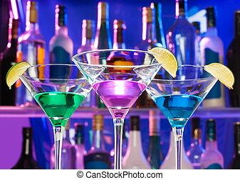 Brillando copas en el bar con limas