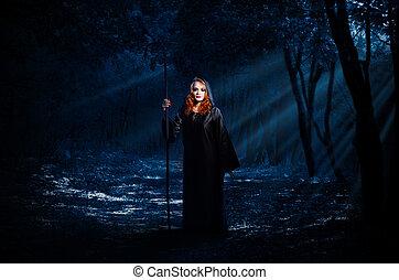 Bruja en el bosque nocturno
