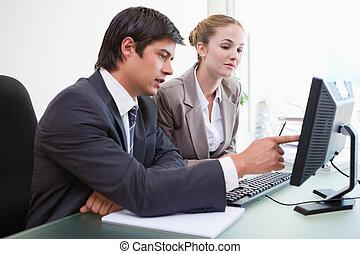 Buena gente de negocios trabajando con una computadora