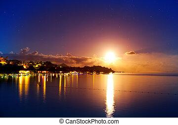 Buenas noches. La luna sobre el mar y el reflejo en el agua. Bora-bora