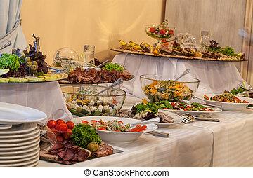 Buffet con diferentes aperitivos