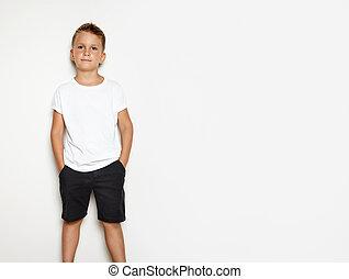 Burlarse de un joven con shorts negros y camiseta