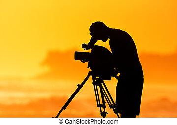 Cámara, cinematógrafo profesional al atardecer