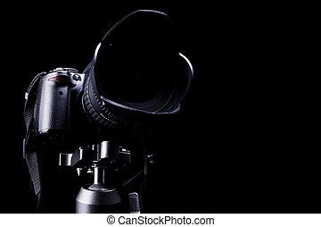 Cámara de DSLR profesional en fondo oscuro