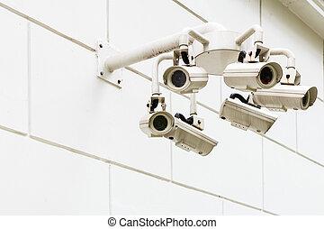 Cámara de vigilancia montada en la pared