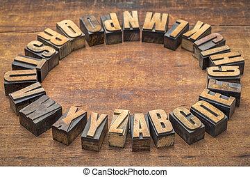 Círculo alfabeto del tipo de madera de papel clásico